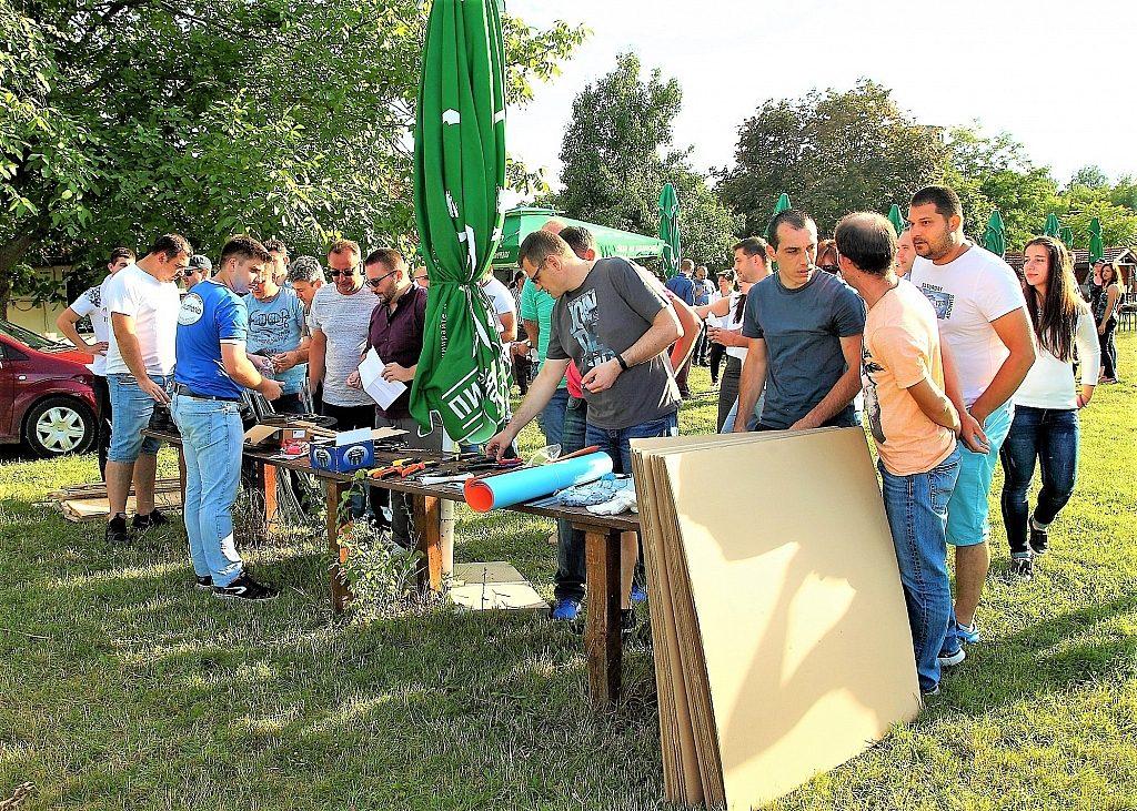 Участници събрани около маса с материали